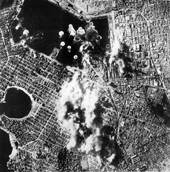 Πειραιάς, 31 Μαρτίου 1944, βομβαρδισμός του λινανιού του Πειραιά από αμερικανικά Β17 αεροπλάνα.