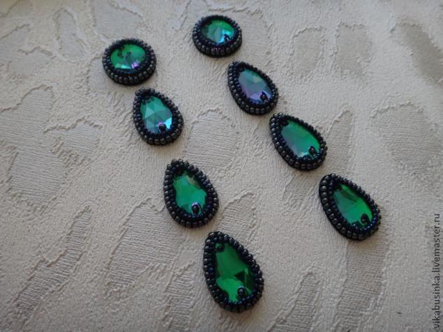 Доброго времени суток:) хочу Вам предложить новый мастер-класс по созданию нарядных длинных серёжек из бисера и пришивных кристаллов. Для работы нам потребуется: материалы: - бисер чешский, гематитового цвета (размер 11) - бисер японский Тохо (размер 15) - пришивные стеклянные кристаллы изумрудного цвета (форма капля и риволи) - натуральная черная замша - пуссеты (гвоздики для сережек) - коеевой …