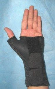 wrist thumb splint Low profile dan terbuat dari bahan yang lembut Bagian jempol dan palmar dapat di adjustable bagian jempol dan di bagian bawah wrist