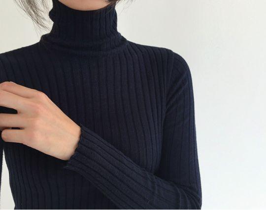 Simple black sweater. Cuello de tortuga, simple y lindo.