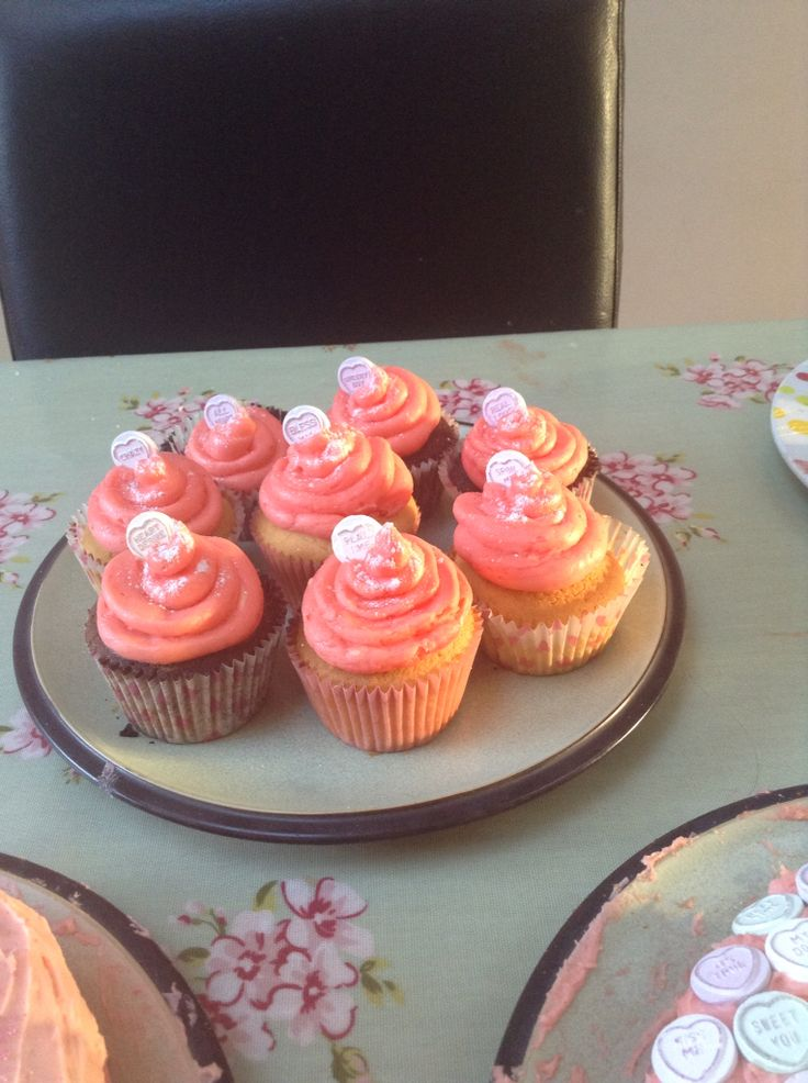 Chocolate and red velvet cupcakes for littles girl party