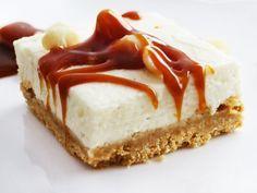 Kuchengenuss ohne Backen: Auf dem Knusperboden aus Keksen und Nüssen wird luftige Frischkäsecreme verstrichen. So geht's!