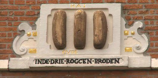 De drie roggebroden aan het Spaarne in Haarlem. Tijdens het beleg door de Spanjaarden in 1573 was de bevolking zo uitgehongerd, dat de bewoner van dit huis het verkocht voor 3 roggebroden!