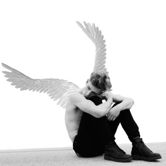 Sempre gostei de anjos de uma forma incompreensível, pois quando eu tinha 7 anos, sozinha num apartamento meio pequeno, saltei no meio do corredor e flutuei por longos segundos, me fazendo achar que meu anjo da guarda queria me dar uma amostra grátis do que é voar. Foi sensacional e não to mentindo. A partir daí eu passei a amar Peter Pan porque eu achava que entendia a sensação muito bem.
