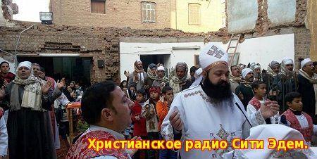 В центральном Египте толпа радикальных мусульман атаковала коптских священников  Христиане провинции Минья (центральный Египет) собрались на молитвенное стояние 18 июля после нападения толпы радикально настроенных мусульман на священников с ножами и железными прутьями, в результате чего погиб один человека, сообщает Ahram Online.  В воскресенье, 18 июля, во время нападения на священников и их семьи в деревне Тахна аль-Глобаль погиб 27 летний Фам Халаф.