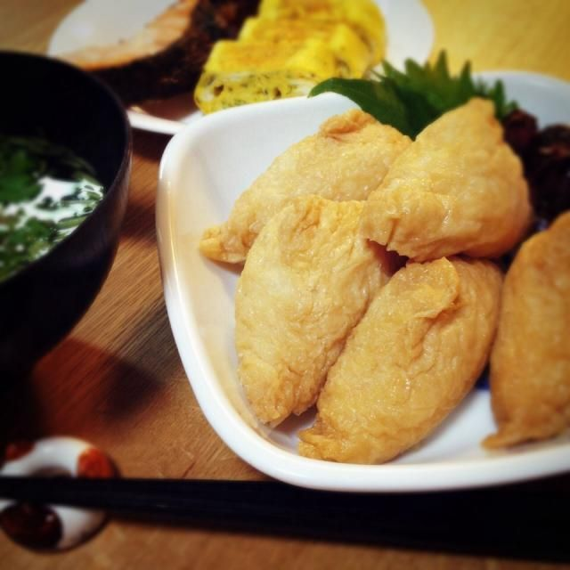 ⚪︎いなり寿司(白ごまと蓮根♪) ⚪︎梅生麩と三つ葉のお吸い物 ⚪︎卵焼き ⚪︎鮭の塩麹漬け焼き  いなり寿司がじゅわ〜と美味しかった形は今回は三角形△▲△ - 131件のもぐもぐ - いなり寿司 by paseko