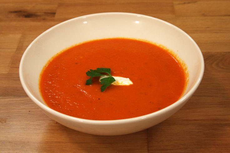 Kırmızı Köz Biber Çorbası: Malzemeler: 6 adet kırmızı dolma biber 1 adet havuç 1 adet patates 1 küçük soğan 2 diş sarımsak 3 su bardağı tavuk suyu 3 yemek kaşığı üzüm sirkesi 1 yemek kaşığı tereyağı 1 yemek kaşığı zeytinyağı Tuz-karabiber Üzeri için: Süzme yoğurt Rende kaşar peyniri
