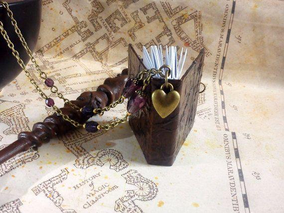 Collier véritable livre miniature marron façon cuir, petit coeur bronze et perles violettes