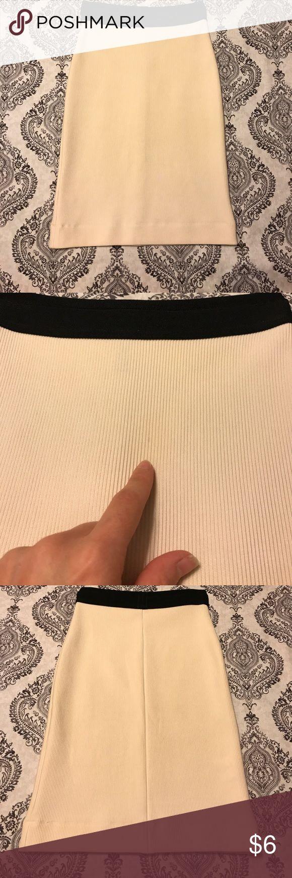 BCBGMAXAZRIA skirt size xs Good condition (one spot pictured).... made by BCBGMAXAZRIA....size xsmall....off white BCBGMaxAzria Skirts
