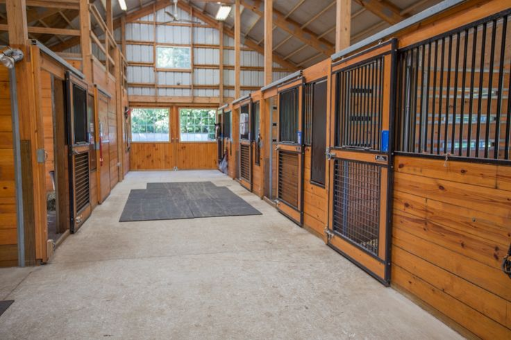 Charlton equestrian estate in New York - barn