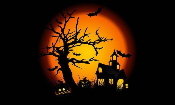 Halloween Hintergrund   ein Schloss im Dunkelheit von Vollmond beleuchtet