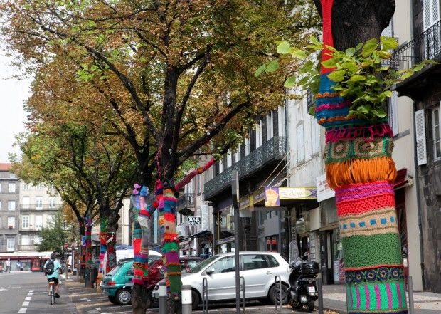 Graffitricotage à Clermont Ferrand  En septembre 2012 Les arbres de la rue Ballainvilliers se sont parés de couleurs pour annoncer le FITE (Festival International des Textiles Extraordinaires)