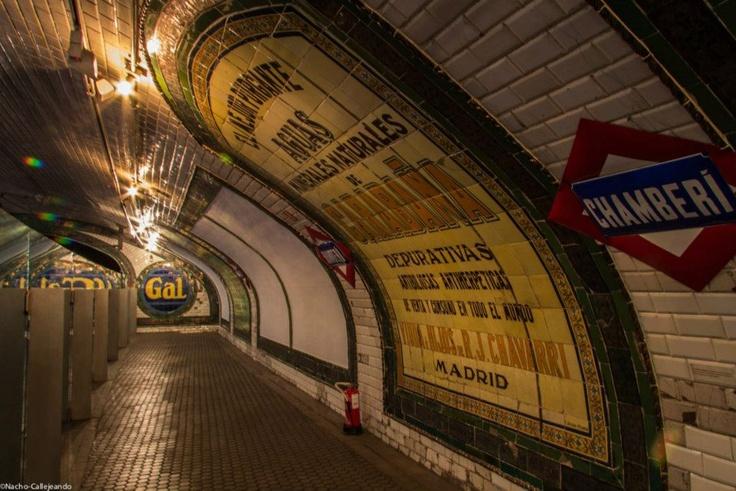 Andén con la publicidad de aquellos años: Aguas La Cabaña, Jabones Gal