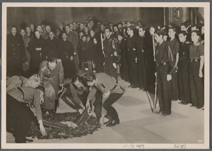 After his reception by General Franco during his visit to Spain, Reich Leader Heinrich Himmler honored the memory of Spanish freedom fighter Primo de Rivera by laying down a wreath.