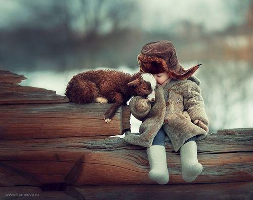 Kinder im Märchenwald: Zauberhafte Freundschaft: Tiere und Kinder spielen miteinander wie im Märchen - BRIGITTE