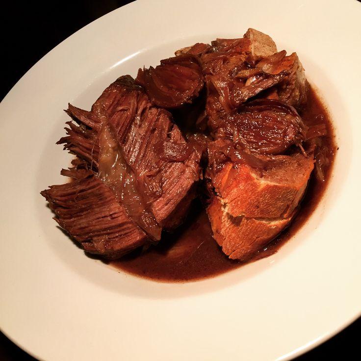 Ha! Winter is here! Schmorzeit! Brrrrrasssato…die Italiener lieben ihren Brassato. In Rotwein und Fond geschmortes Rindfleisch. Mit Zwiebeln. Das geht ganz einfach. Man braucht keine Zeit zum Koche…