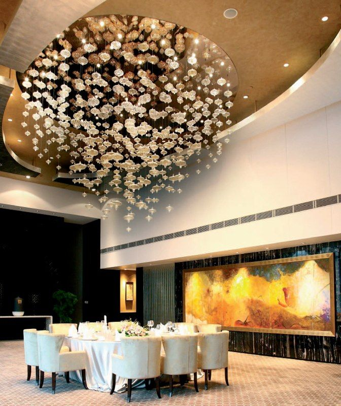 Люстра для банкетного зала http://www.lustra-market.ru/blog/lyustra-dlya-banketnogo-zala/  В этом зале проводятся свадьбы. Прекрасная люстра, украшенная огранёнными хрустальными подвесками, кажется, искрится таким же счастьем, как и молодожёны! Благодаря этой люстре, зал переполняют радость и праздничное настроение!