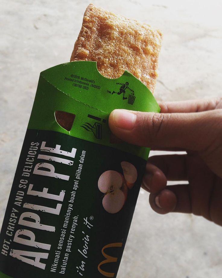 Apple Pie Mcd. Akhirnya nyoba juga  #kekinian #applepie #mcdonalds #pie #green #sweet #apple #instafood #foodporn #foodie #foodlover #kulinersurabaya