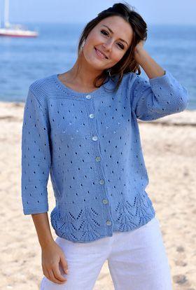 Den søde og meget bløde trøje er strikket i et lille hulmønster for oven og et bredere hulmønster med fin bølgekant for neden