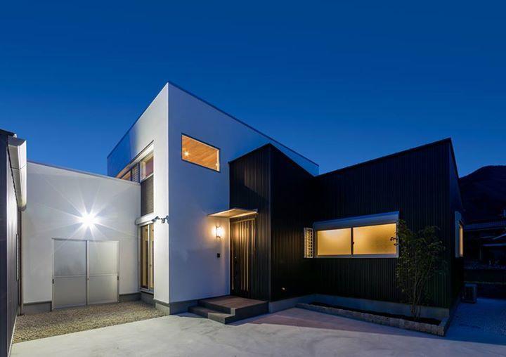 位於兵庫縣宍粟市的這個新建住宅,是建築師 中村邦仁 的作品。以四個高低起伏的量體相連,各自設定不同機能空間,黑白相間的外觀相當現代,內部全室以木材質鋪滿天地壁面則呈現不同的自然氛圍,建築師利用間接光源與挑高空間,讓住家內部在夜晚時顯得溫馨明亮,塑造家族聚會的良好場域。  via 中村建築研究室
