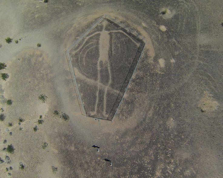 Les Blythe Intaglios sont un groupe de géoglyphes situés près de Blythe, en Californie, dans le désert du Colorado à coté du fleuve du même nom qui ont été tracés dans le sol en enlevant les roches sombres du sol pour dévoiler le sable plus clair et tracer des lignes exactement de la même manière …