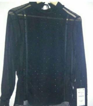 12€ Blusa negra transparente plumeti,nueva sin estrenar con etiqueta. Muy estilosa y elegante. Talla M.