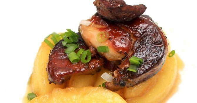 Recette de Foie gras poêlé aux pommes et caramel au poivre et vinaigre de xérés. Facile et rapide à réaliser, goûteuse et diététique.