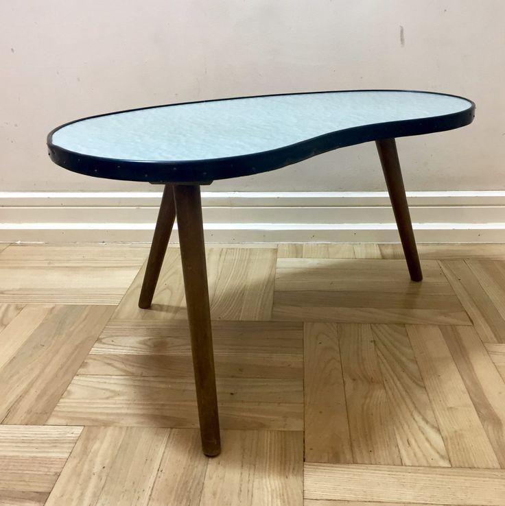 Mały, zgrabny stolik kawowy z lat 50.Stolik w stanie oryginalnym, bardzo dobrym.Wykonany z drewna bukowego,…