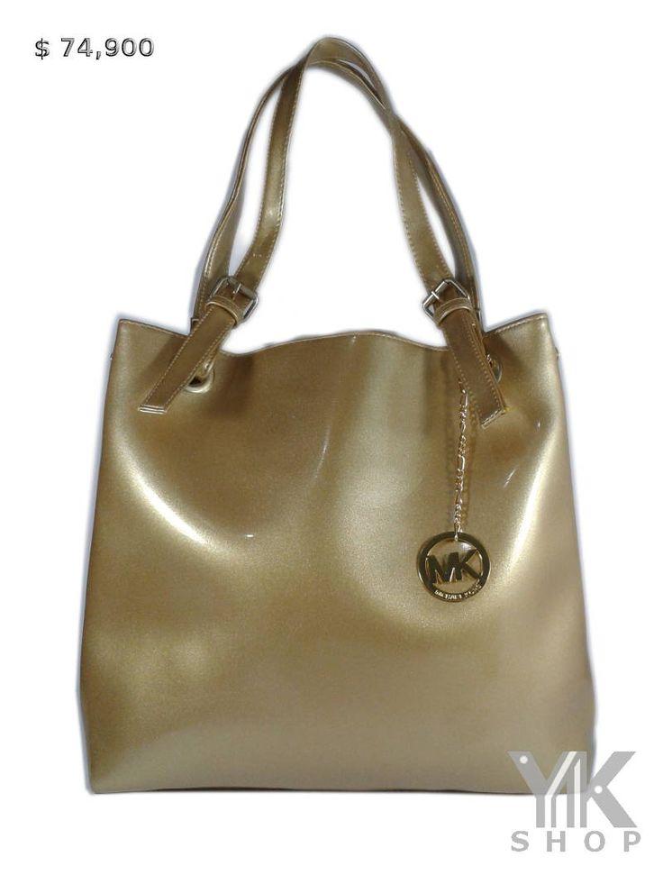 Bolso MICHAEL KORS con un brillo discreto. Un bolsillo al interior con cremallera y otro con doble compartimiento.  Medidas: 38cms ancho x 33cms alto.