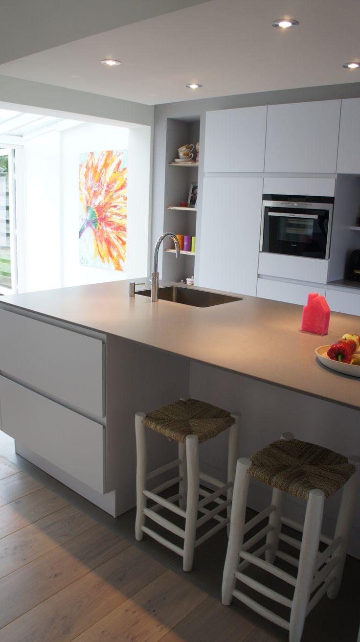 MoreFloors vloeren - Breda Europees eiken multiplank geschuurd licht gerookt + wit 4-9x180 breed combinatie keuken