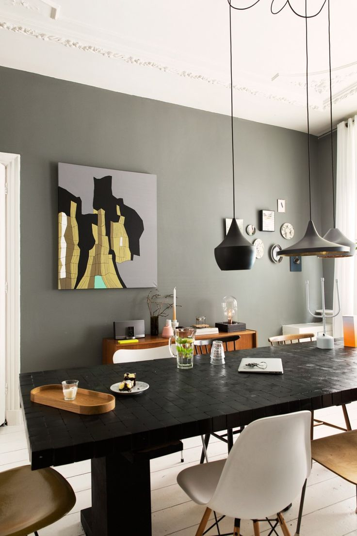 Classic green wall with decoration and different lamps above the dining table | Photographer Jansje Klazinga | vtwonen October 2014