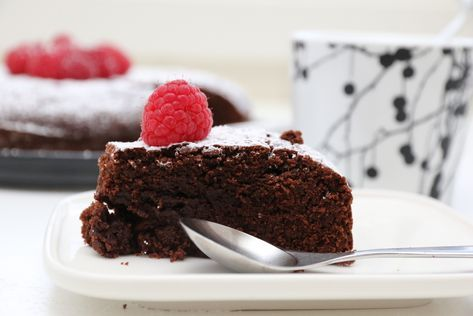 Det er noe spesielt med en mørk og fyldig sjokoladekake som smelter i munnen og som lokker frem den ene godlyden etter den andre. Når den attpåtil er enkel og kjapp å lage, og også ganske holdbar, er…