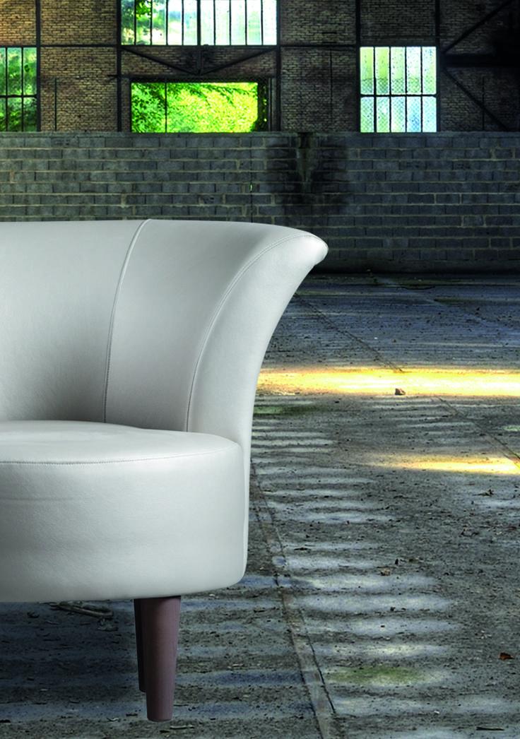 Een beetje barok, een beetje retro of toch romantisch? De fauteuil Betty is universeel inzetbaar. Het zitcomfort van deze fauteuil van Nederlandse bodem biedt u zonder twijfel een hele avond zitplezier.  Meubitrend - Meubelen - Fauteuil - Wit - Wooninspiratie - Industrieel
