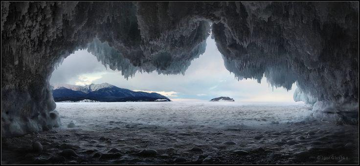 """Из-под портьеры. Многотонные глыбы льда образуют красивые наряды на прибрежных скалах Байкала. Неудержимо хочется залезть внутрь таких ледяных гротов и восхищаться, восхищаться, восхищаться..! Насколько красивы и неповторимы наросты льда и инея на горных породах!  И не менее интересно осмотреть окрестности из ледяного """"окошка"""" #байкал #бурятия #снег #лед #сосульки #зима #горы #остров Автор: Igor Glushko (Vertun)"""
