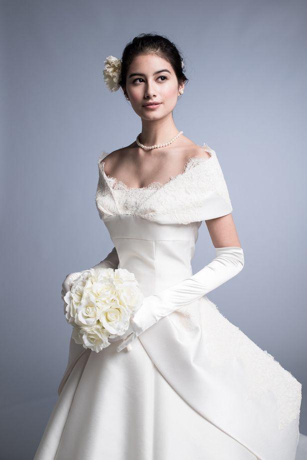 クラシカルで上品なエリ松居のウェディングドレス。美しいデコルテと、スタイルをきれいに見せてくれる立体的なカッティング技術は、このブランドなら...