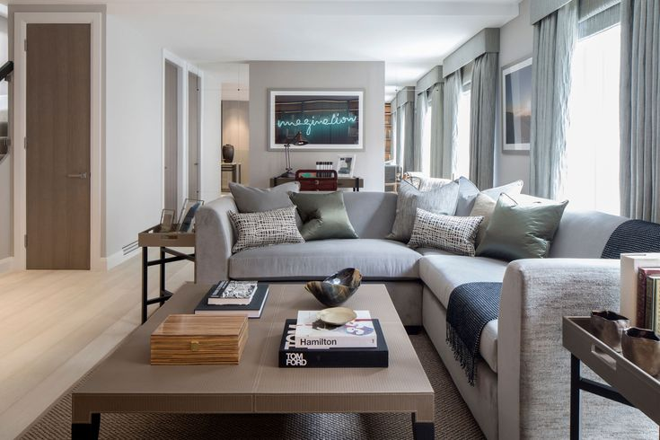 Большой угловой диван в интерьере гостиной дома Eaton Mews North в Лондоне