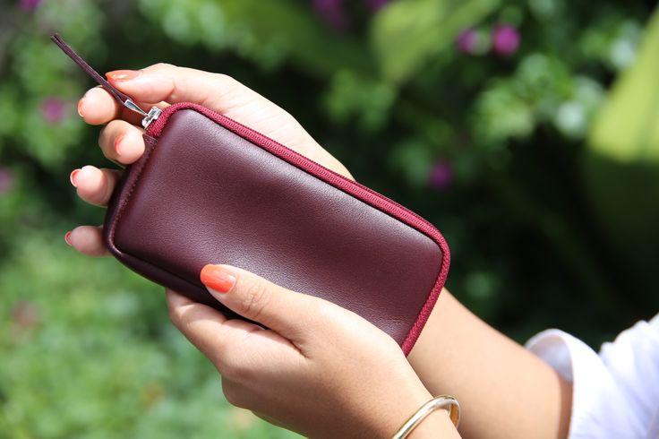 Produit de très belle qualité, pratique et élégant, vous pouvez même y glisser vos écouteurs, des billets ou votre carte.  Cet étui pour iPhone 7, idéal surtout pour les déplacements, se décline en plusieurs couleurs et cuirs.