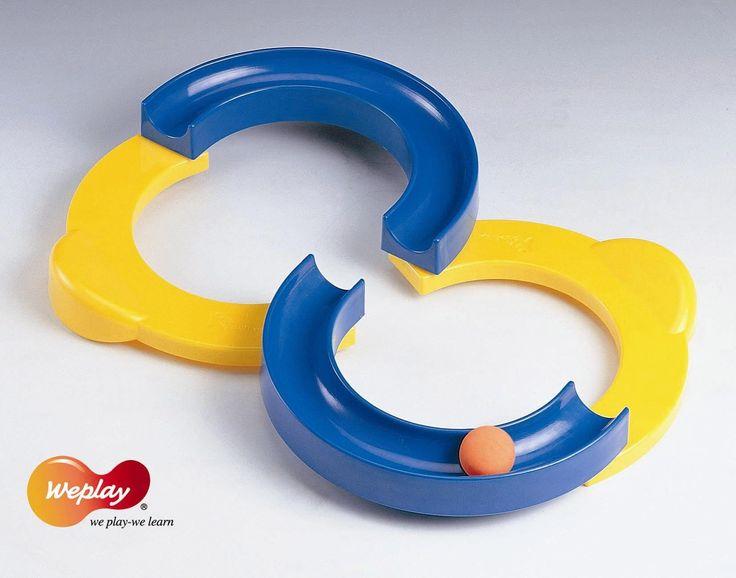 Parfait pour améliorer sa coordination main œil, sa dextérité et son équilibre. Utilisez vos mains pour guider la balle sur la piste en S sans qu'elle tombe. La boucle peut-être configurée de différentes manières. Deux balles différentes sont incluses pour modifier la vitesse et la difficulté du jeu. 3 ans et plus.
