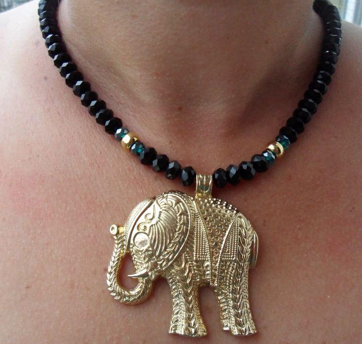 collar en piedras de murano y dije de elefante en zamak.