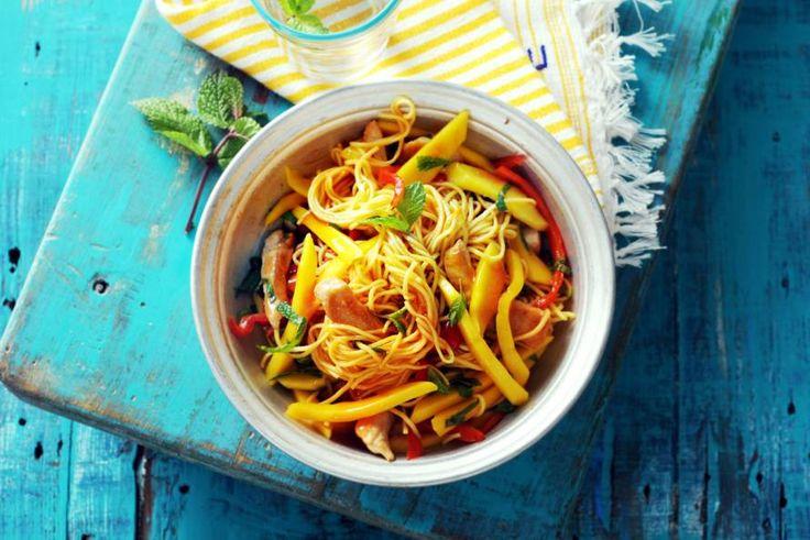 Mango is met z'n zoete smaak een graag geziene gast in de Aziatische keuken - Recept - Noedels met mango & kip - Allerhande
