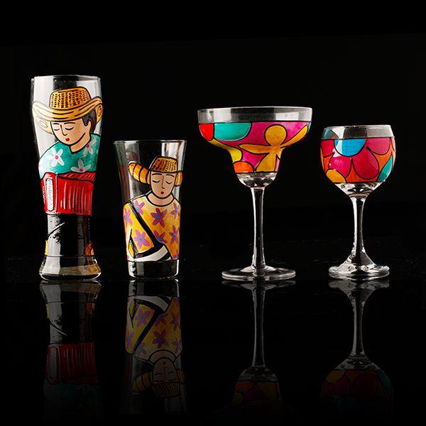 ¡Pintado a mano! Alegra cualquier ambiente con este set de vasos y copas pintados a mano de Bojanini Art Gallery. http://www.elretirobogota.com/esp/?dt_portfolio=bojanini-art-gallery