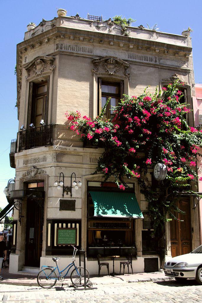 El Café Rivas está en San Telmo, Buenos Aires. Se puede pasar un rato con los amigos en el pequeño café.
