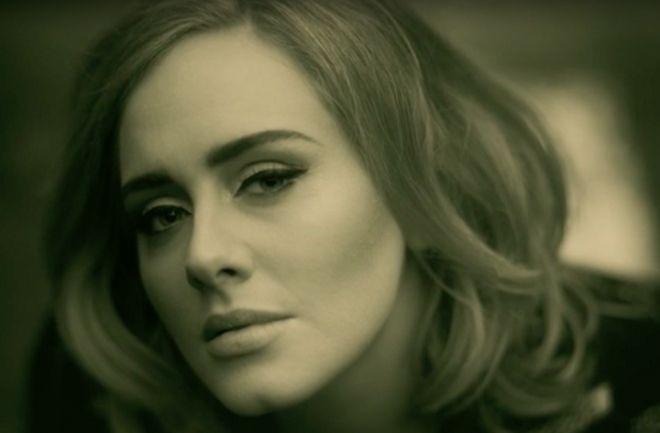"""Mirá el nuevo video de #Adele. La cantante presentó el clip del sencillo """"Hello"""", que forma parte del que será su tercer álbum. http://www.argnoticias.com/espectaculos/musica/item/39449-mir%C3%A1-el-nuevo-video-de-adele"""