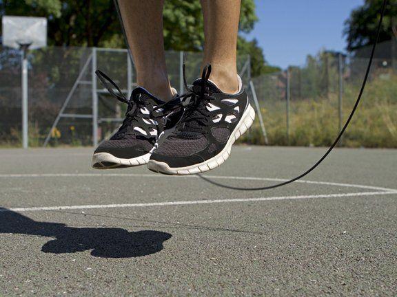 Seilspringen hieß das Hüpfen durchs Tau früher und war vorwiegend bei Mädchen beliebt. Jetzt ist es als Rope Skipping mit teils akrobatischen Stunts wieder da und eine echte Herausforderung für alle Sportler. Keep it simple, könnte man meinen: Viele Retro-Fitnesstrends mit einfachen Übungen und ohne aufwändige Hilfsmittel erleben – teils unter neuen Namen – gerade ein Revival. Aufwändige Fitnessgeräte dagegen sind auf der Strecke geblieben. #retro #seilspringen #sport #fitness #trend #