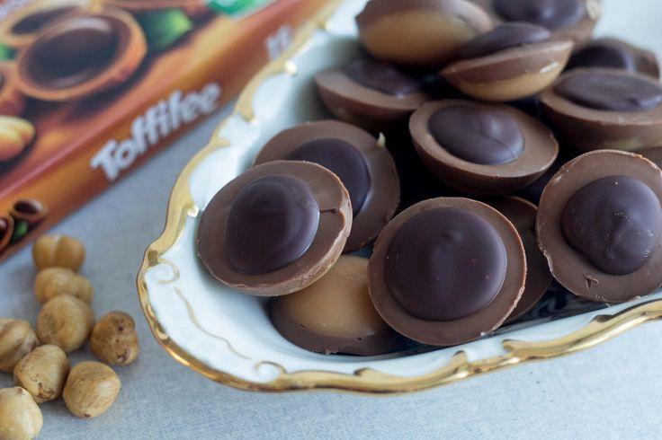 Prøv disse super lækre hjemmelavede Toffifee. De er ikke svære at lave og så smager de bare helt fantastisk! Find opskriften lige her.