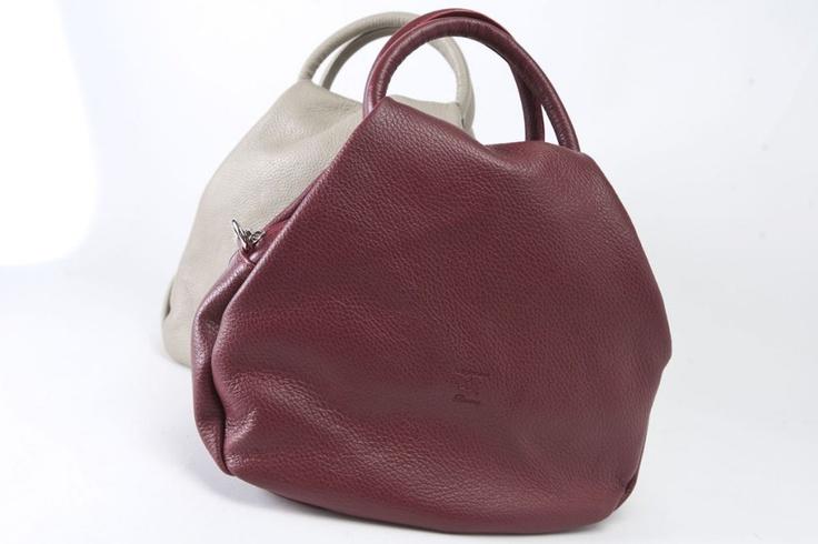 Giorgia - Bellissimo accessorio in color sabbia e bordeaux. E' dotata di chiusura lampo, manici e tracolla, tasca interna. #borse #pelle #artigianali