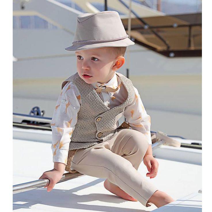 To Βαπτιστικό Κουστούμι Cruz της Stova Bambini είναι ένα σύνολο για αγόρι αποτελούμενο από πλεκτό βαμβακερό μπεζ γιλέκο, λευκό βαμβακερό πουκάμισο με safari print, συνδυασμένο με λινό μπεζ παντελόνι. Έχει ξύλινο χειροποίητο παπιγιόν και σεταρισμένο λινό καπέλο και τιράντες. Ένα υπέροχο σύνολο για την μοναδική μέρα της βάπτισης σας