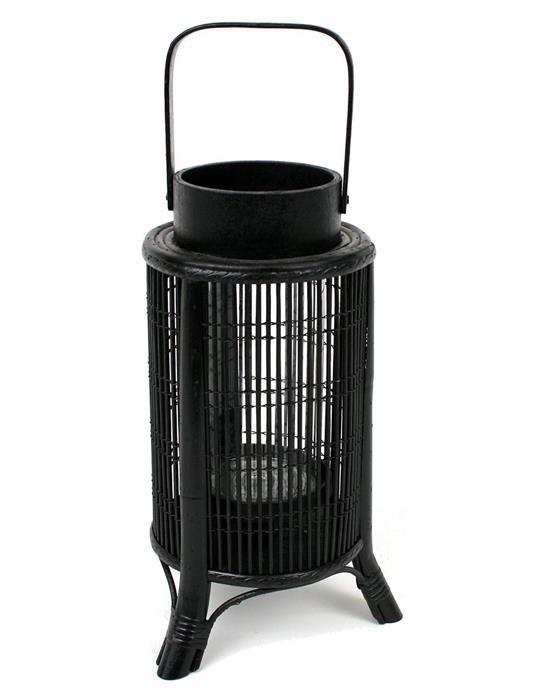 Lampion rattanowy w kolorze czarnym z uchwytem na nóżkach do postawienia i dekoracji. Lampion posiada szklany wkład - nadaje się do świeczek tea-lightow. Wyjątkowo piękny lampion. Pasuje do czarnych dodatków.  Lampion rattanowy to wyszukana dekoracja w Twoim domu.