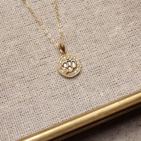 Delicado collar de OM. Plata oxidada. Dos tonos negro plata y oro. Delicadas joyas de oro.  Colgante: plata (oxidado) chapado en oro parcial. 10mm de diámetro. Adoquines de CZ.  Cadena: 18 pulgadas. Llena de oro.  Viene en una caja de regalo de alma y de la pequeña Rosa.  Made in USA.