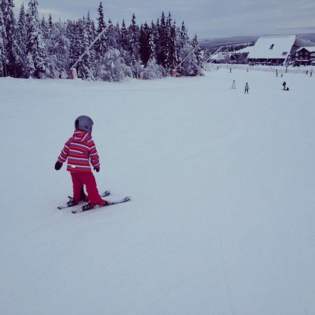 Reimas ytterkläder passar även utmärkt för att åka skidor. Här utmanar skidfantasten Tilda backarna!